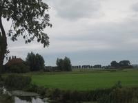 WAT120003333 Links voor zien we de stolpboerderij ''Schouwzicht'' aan de Westerweg nummer 74.Het hete Schouwzicht omdat ...
