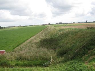WAT120003633 Midden voor; de oude trambaan van Katwijk naar Edam, links achter zien we de stolpboerderij 'De Uilenhoek' ...