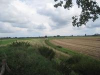 WAT120003639 Midden voor; de oude trambaan van Katwijk naar Edam, links achter zien we de stolpboerderij 'De Uilenhoek' ...