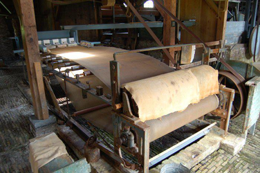 WAT120003668 Voorbeeld van een van de eerste papiermachines zoals die te zien is in de papiermolen de Schoolmeester. ...