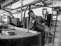 WAT120003671 Werknemer Jan van Zon van de papierfabriek Van Gelder Zonen in Wormer. De foto's werden zoveel mogelijk in ...