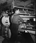 WAT120003677 Werknemer (onbekend) van de papierfabriek Van Gelder Zonen in Wormer. De foto's werden zoveel mogelijk in ...
