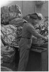 WAT120003680 Werknemer van Kleef van de papierfabriek Van Gelder Zonen in Wormer. De foto's werden zoveel mogelijk in ...