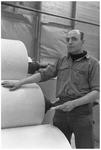 WAT120003682 Werknemer Toon de Leeuw van de papierfabriek Van Gelder Zonen in Wormer. De foto's werden zoveel mogelijk ...