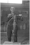 WAT120003688 Werknemer Jan Stam van de papierfabriek Van Gelder Zonen in Wormer. De foto's werden zoveel mogelijk in de ...