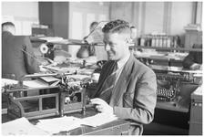 WAT120003726 Werknemer B. van der Toorn van de papierfabriek Van Gelder Zonen in Wormer. De foto's werden zoveel ...