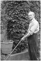 WAT120003734 Werknemer Niek Piet, tuinman, van de papierfabriek Van Gelder Zonen in Wormer. De foto's werden zoveel ...