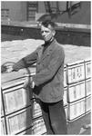 WAT120003767 Werknemer Jn. Klos van de papierfabriek Van Gelder Zonen in Wormer. De foto's werden zoveel mogelijk in de ...
