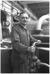 WAT120003768 Werknemer Jan Mak van de papierfabriek Van Gelder Zonen in Wormer. De foto's werden zoveel mogelijk in de ...