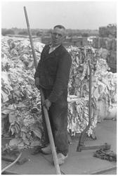WAT120003770 Werknemer Niek Oudt van de papierfabriek Van Gelder Zonen in Wormer. De foto's werden zoveel mogelijk in ...