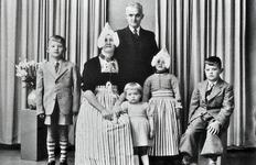 WAT120000940 NO NAME/Fotoverz. 2015 G 4 gezinnen op naam van de man naar het archief 23092012/Runderkamp. Kees x ...