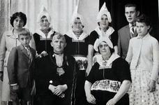 WAT120001066 Gezin. (E561E).Thames Smit (Nars van Vijgie). viskoper. Arbeider, geboren op 07-04-1912 te Volendam. ...