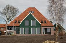 WAT120002564 Bouw van een replica van een Westfriese stolpboerderij door Somass Bouwbedrijf uit Wormer. De boerderij ...