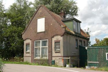 WAT120002622 De sluiswachterswoning van de Zuidoostersluis in de Engewormer.De Zuidoostersluis werd omstreeks 1916 ...