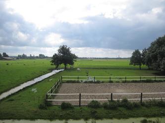 WAT120003308 Weiland links van de stolpboerderij aan de Purmerdijk nummer 14.