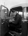 WAT120003672 Werknemer Gerrit Grandiek, chauffeur, van de papierfabriek Van Gelder Zonen in Wormer. De foto's werden ...