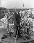 WAT120003675 Werknemer Niek Oudt van de papierfabriek Van Gelder Zonen in Wormer. De foto's werden zoveel mogelijk in ...