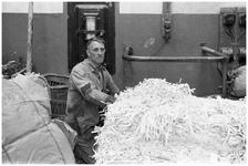WAT120003748 Werknemer Nic. Bolleman van de papierfabriek Van Gelder Zonen in Wormer. De foto's werden zoveel mogelijk ...