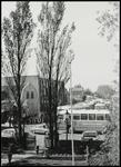 WAT050001717 Verzameling bussen op de Haringburgwal, o.a. van de NACO