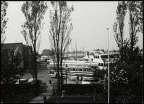 WAT050001718 Verzameling bussen op de Haringburgwal