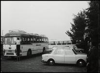 WAT050001720 Verzameling bussen op de Haringburgwal, o.a. van Maarse en Kroon