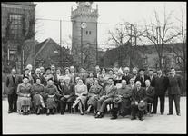WAT050001741 Onbekende groep met burgemeester Kelder achter het oude Stadhuis