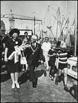 WAT050002008 Bezoek van Prinses Beatrix aan Monnickendam. Wandeling langs de haven