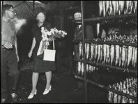 WAT050002011 Bezoek van Prinses Beatrix aan Monnickendam. Bezoek aan de rokerij van C. de Groot. Links dhr. C. de Groot