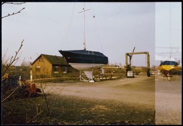 WAT050000021 Woning jachthaven Hemmeland met rechts de botenlift