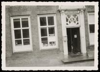 WAT050000372 Gevel van de apotheek Noordeinde 24 bij de opheffing op 24 februari 1957