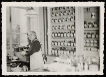 WAT050000373 Mej. Nel van der Veur in de apotheek Noordeinde 24 bij de opheffing op 24 februari 1957