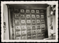 WAT050000374 Apothekerskast in de apotheek Noordeinde 24 bij de opheffing op 24 februari 1957