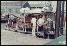 WAT050000800 Bezoek Engelse opleidingsschepen. Op de rug gezien Hans Broeren en havenmeester Maarten Visser