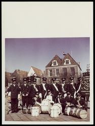 WAT050000890 Koninginnedag 1962. HetTamboerkorps Olympia achter het oude Stadhuis