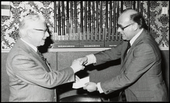 WAT050001659 Burgemeester de Groot overhandigt een bedrag van 500 gulden aan K. Valk, voorzitter van de VVV. Ter ...