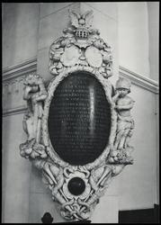 WAT051000916 Aanwezig in de Koepelkerk, afkomstig uit de kerk die daarvoor op de Kaasmarkt stond: wit- en zwartmarmeren ...