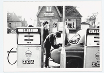 WAT053000139 Tankstation van Kochheim aan de E10, tegenover de kapperszaak van Brander. Zuster Anneke Ruys wordt ...