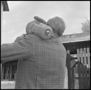 29312 FDSTORK-12336 3 opnamen op één strook, opnames van een babypompje die bij een onbekende man op de schouder ligt., ...