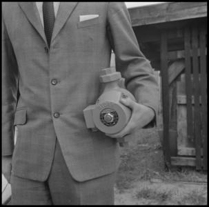 29314 FDSTORK-12338 3 opnamen op één strook, opnames van een babypompje die door een onbekende man onder de arm ...
