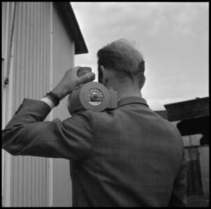 29315 FDSTORK-12339 3 opnamen op één strook, opnames van een babypompje die door een onbekende man op de schouder ...