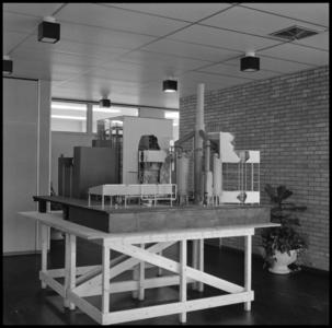 29320 FDSTORK-12343 3 opnamen op één strook, opnames van een maquette van een grote fabriek, mogelijk een ...