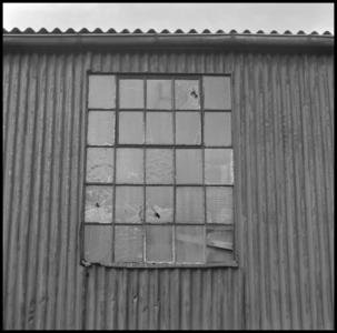 29719 FDSTORK-12356 3 opnamen op één strook, opnames van een raam in een muur van golfplaten., 1950-00-00