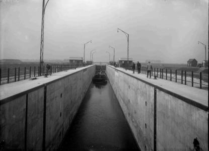 13030 FDHEEMAF030964 Overzicht schutsluis Panheel in kanaal Wessem-Nederweert bij laagste waterstand in de sluis, 1928-03-27