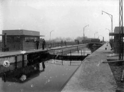 13031 FDHEEMAF030965 Overzicht schutsluis Panheel in kanaal Wessem-Nederweert bij hoogste waterstand in de sluis, 1928-03-27