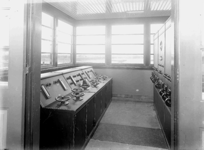 13876 FDHEEMAF031042 Interieur van de bedieningsruimte van de sluis bij Wemeldinge met schakelbord en ...