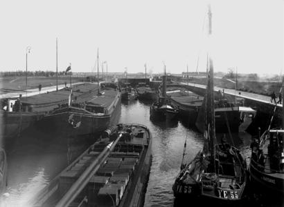 13882 FDHEEMAF031048 Buitenopname van de sluis bij Wemelding met negen schepen in de sluiskolk, 1928-06-07