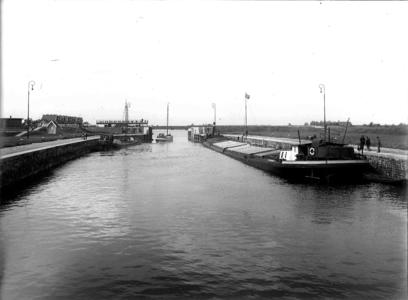 13883 FDHEEMAF031049 Sluis bij Wemeldinge met open sluisdeur en uitvarende schepen, 1928-06-07