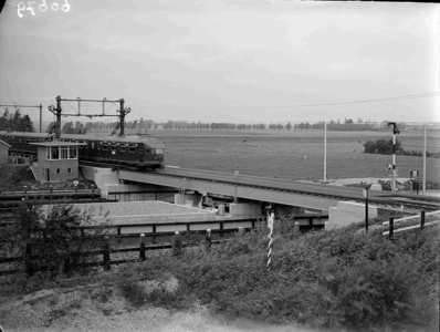19738 FDHEEMAF060679 Nieuwe veerbrug volgens systeem Tulp , met juist passerend treinstel, bij Langeweg in de spoorlijn ...