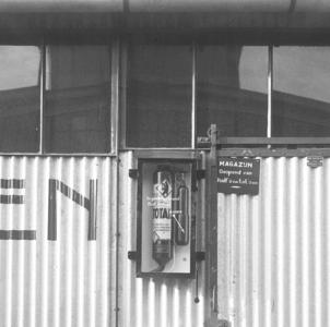 20063 FDHEEMAF3511097 Brandblusapparaat bevestigd aan de muur van het oliemagazijn, 1935-11-01