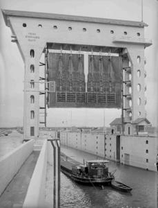 21932 FDHEEMAF059713 Prins Berhard Sluis bij Tiel met geheven sluisdeur en invarend schip, 1952-10-15